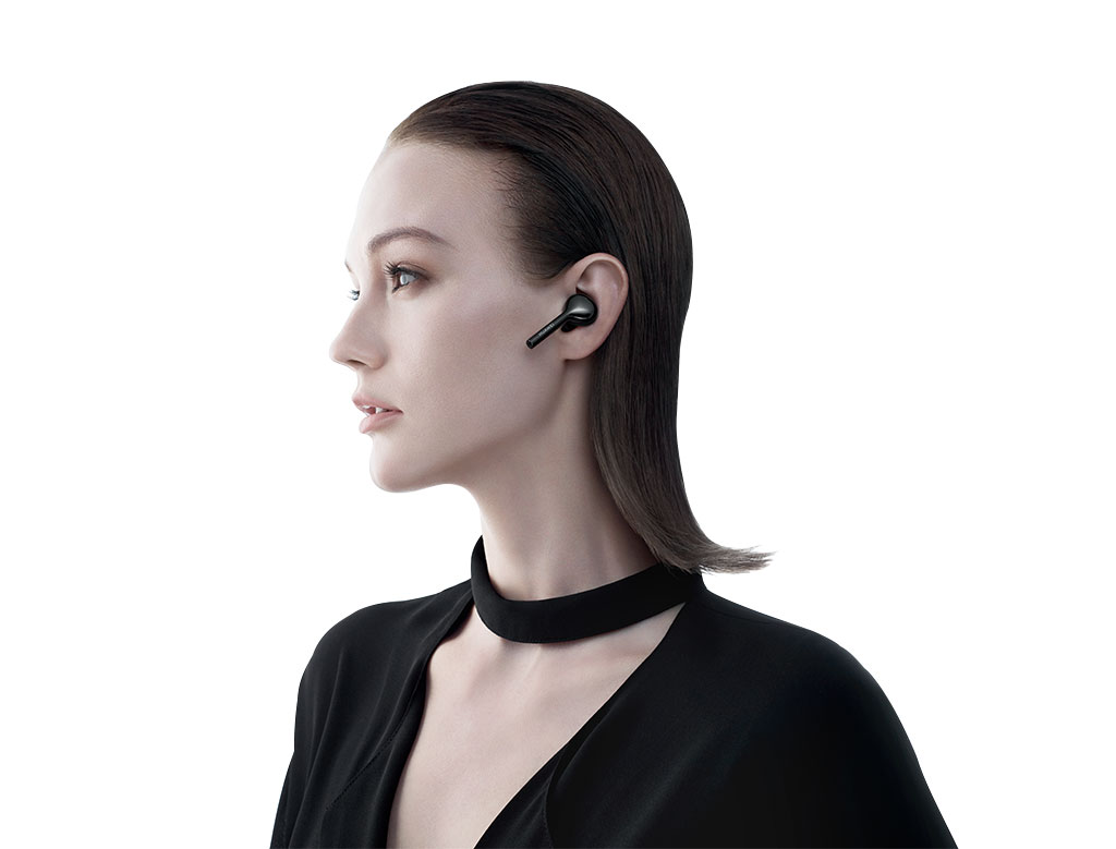 HUAWEI P20 woman listening high resolution audio