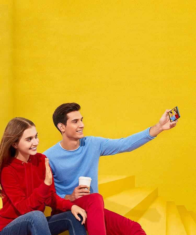 Couple showing the hands-free feature – HUAWEI P smart