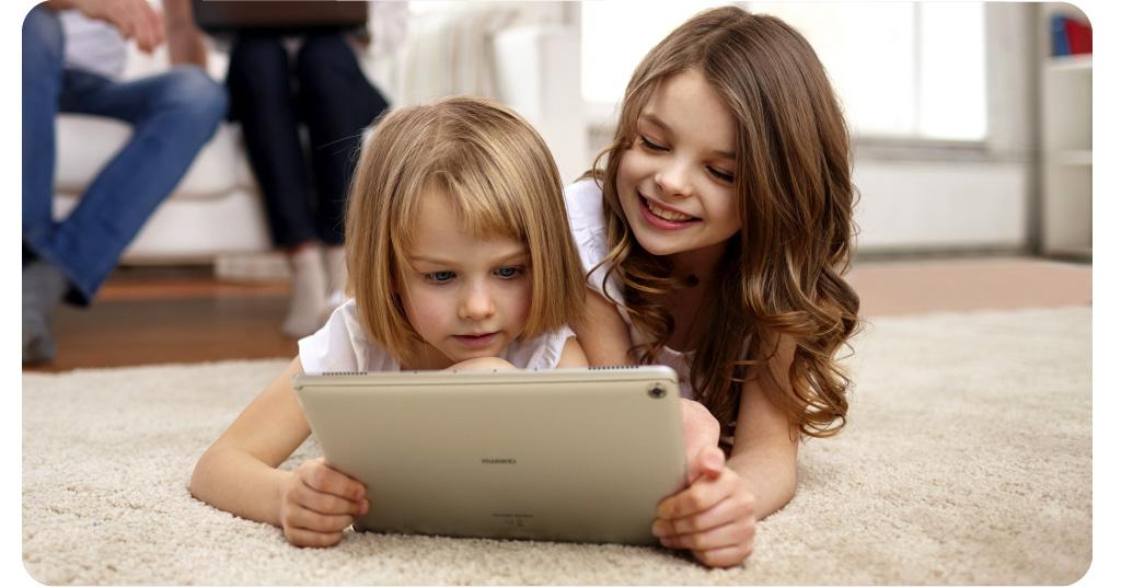 Huawei mediapad m5 lite chicas mirando felizmente