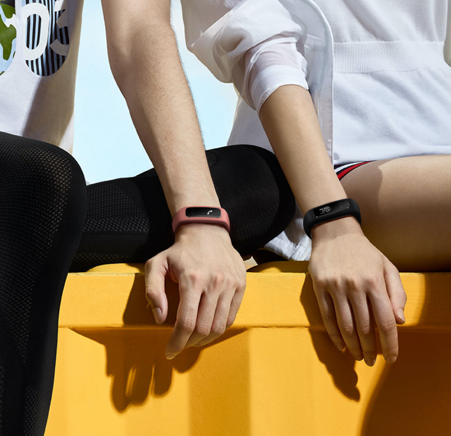 HUAWEI Band 4e Activity – wearing it on your wrist, and wearing it on your shoe