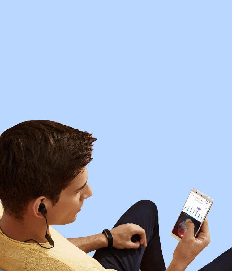 Man showing the dual Bluetooth connection – HUAWEI P smart